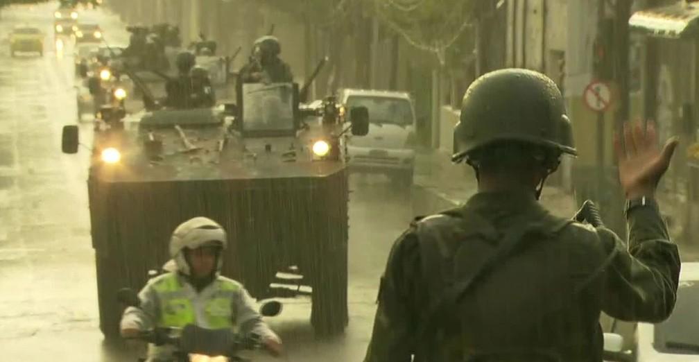 Com blidados, militares participam de operação no Rio (Foto: Reprodução/TV Globo)