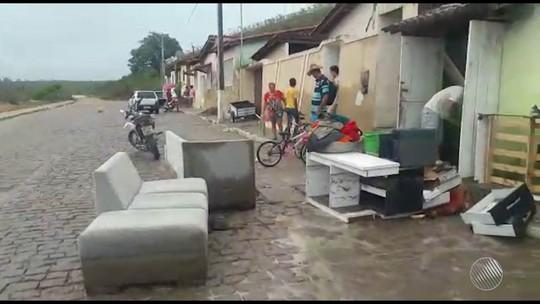 Chuva forte causa tromba d'água e deixa desabrigados em Lajedinho, BA