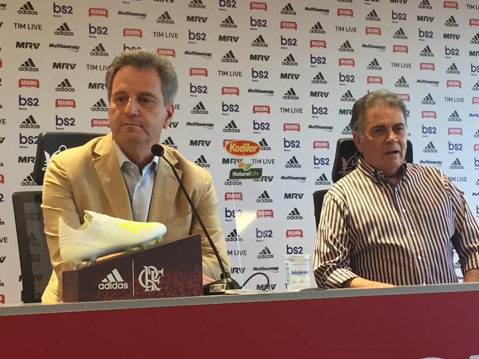 Ao lado de Paulo Pelaipe, Landim explica saída de Abel do Flamengo — Foto: Thiago Lima/GloboEsporte.com
