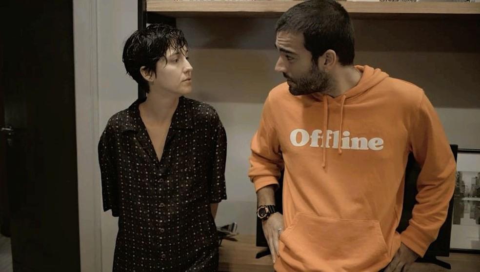 Amanda (Camila Márdila) e Sandro (Humberto Carrão) conversam sobre a desconfiança de Raul — Foto: Globo