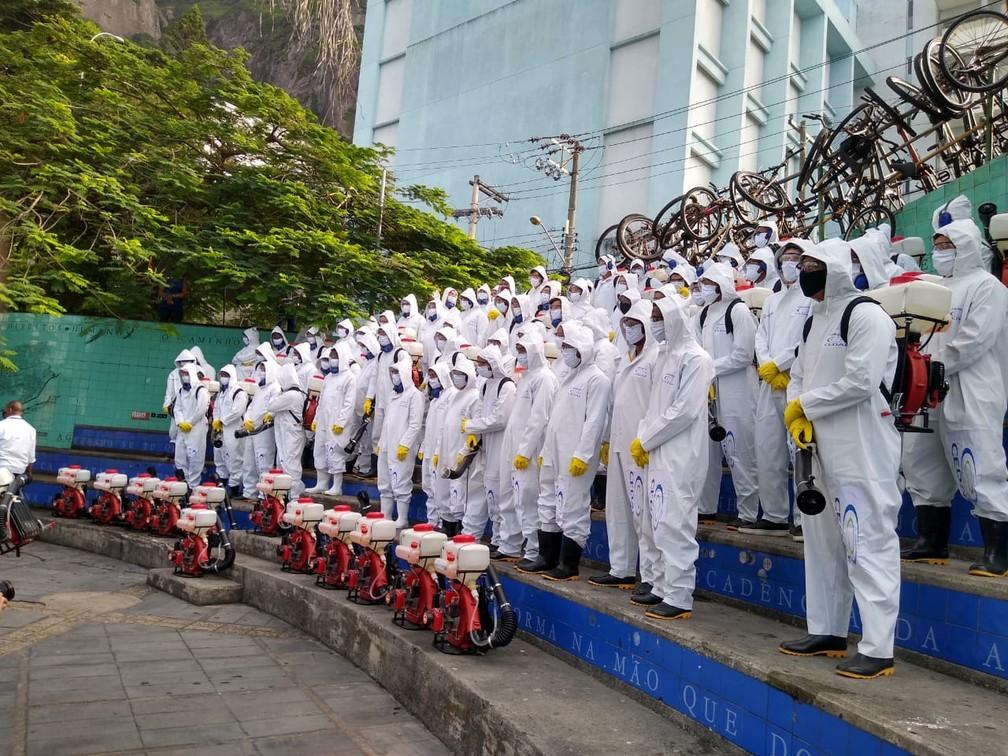 Equipe de sanitização da Cedae — Foto: Reprodução