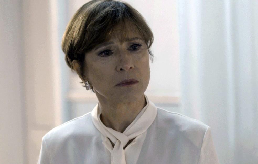 Kiki encara Vera, que está na porta do quarto de Lucas (Foto: TV Globo)