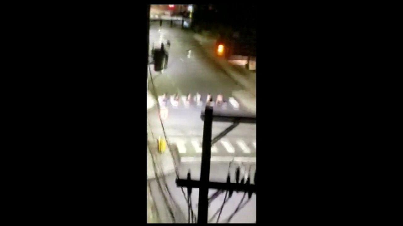 VÍDEO CRICIÚMA: imagens mostram criminosos fazendo reféns durante assalto