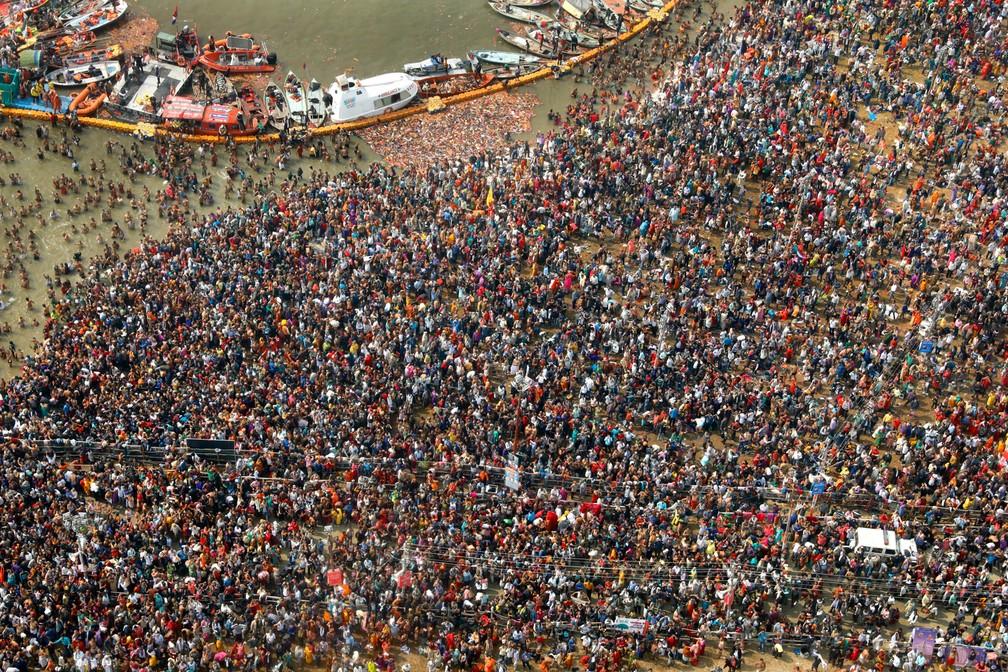Milhares de devotos hindus mergulham em Sangam, a confluência de três rios sagrados, o Yamuna, o Ganges e o mítico Saraswati, durante o Kumbh Mela ou o Festival do Jarro, em Prayagraj, na Índia. O Kumbh Mela é uma série de banhos rituais de sadhus hindus, ou homens santos, e outros peregrinos que remontam aos tempos medievais. Os peregrinos tomam banho no rio acreditando que isso os purifica de seus pecados e termina seu processo de reencarnação. O evento, que a Unesco acrescentou à sua lista de patrimônio humano imaterial em 2017, é a maior congregação de peregrinos do planeta. Cerca de 150 milhões de pessoas devem participar do Kumbh deste ano, que vai até o início de março — Foto: Rajesh Kumar Singh/AP