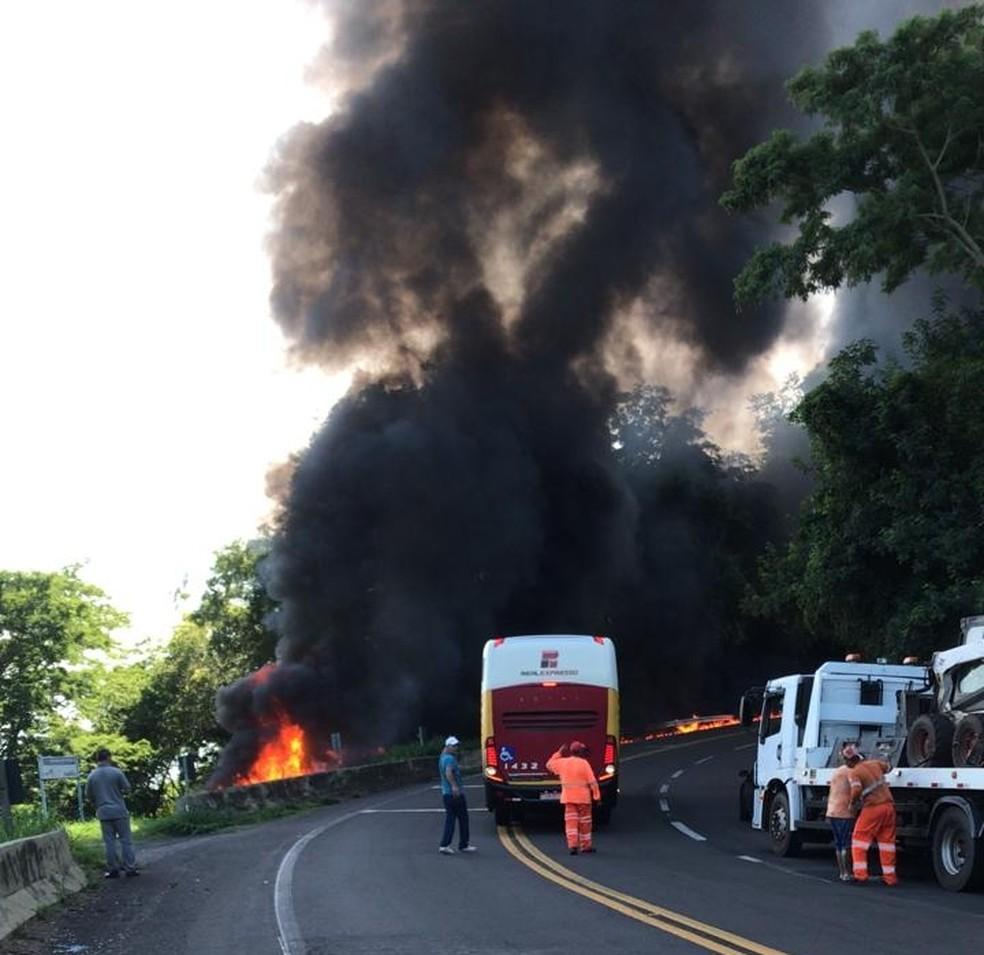 Caminhão pega fogo em rodovia de Ocauçu — Foto: Polícia Rodoviária Federal/Divulgação