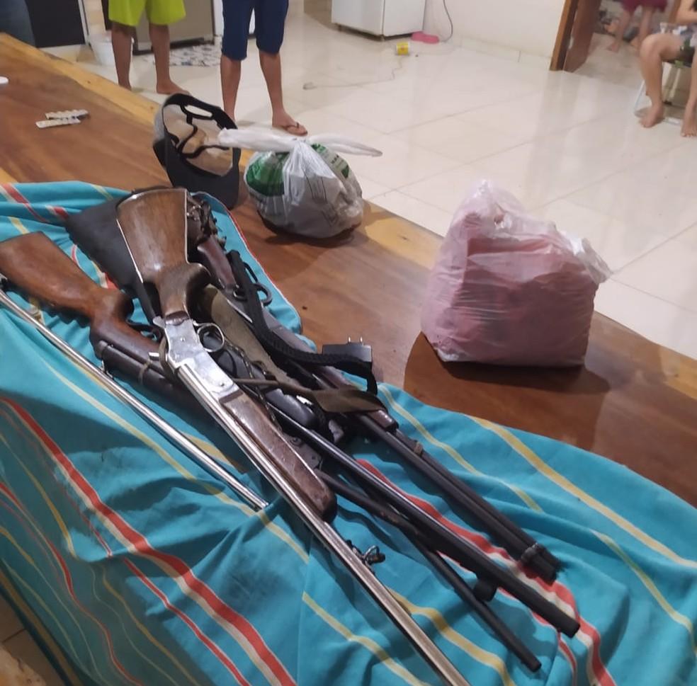 Armas usadas em roubo em fazenda  — Foto: WhatsApp/Reprodução
