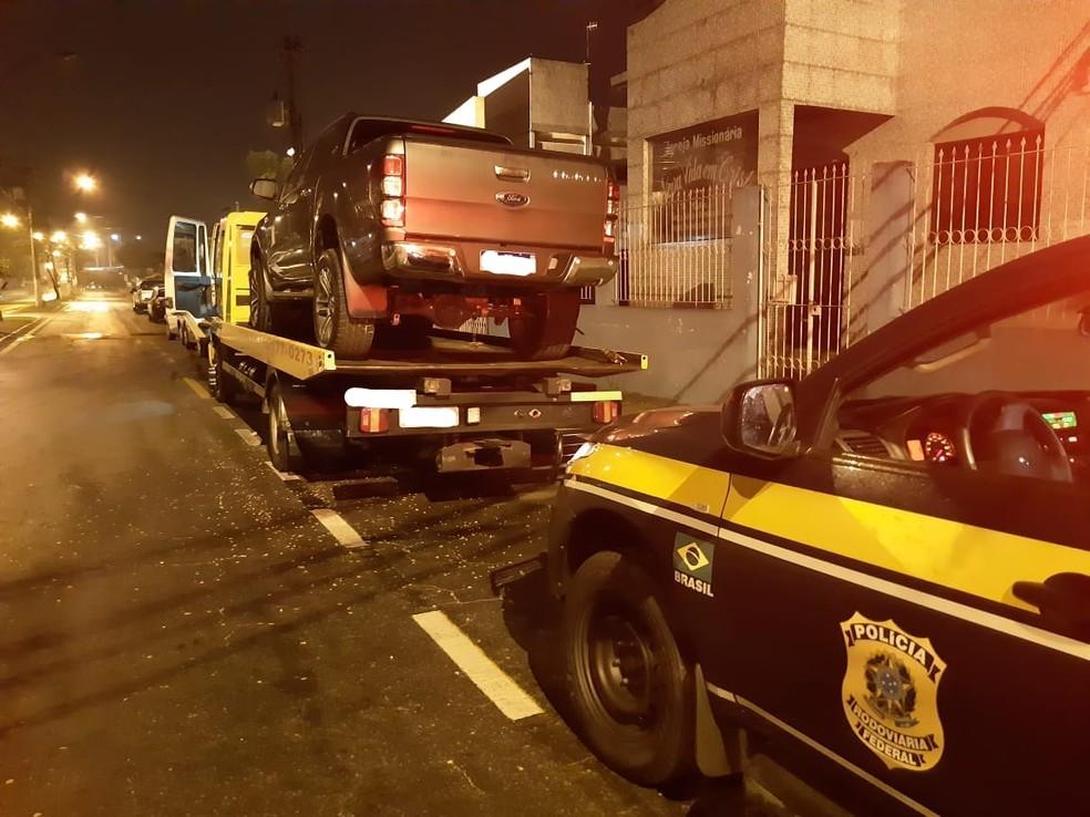 Caminhonete com registro de roubo foi apreendida na Via Dutra, em Itatiaia — Foto: Divulgação/PRF
