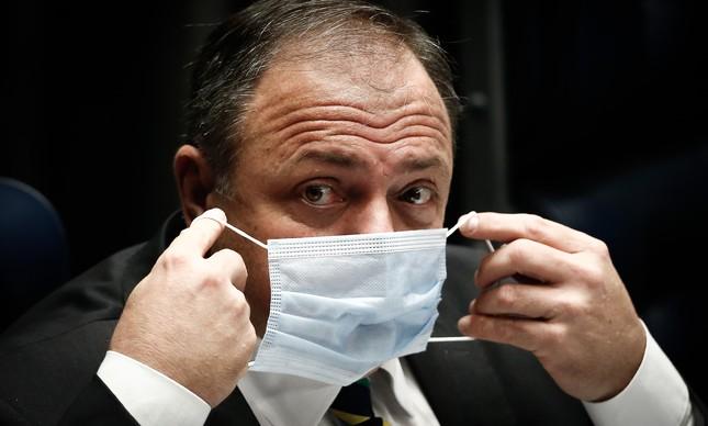 O ministro Eduardo Pazuello ajeita a máscara em audiência no Senado