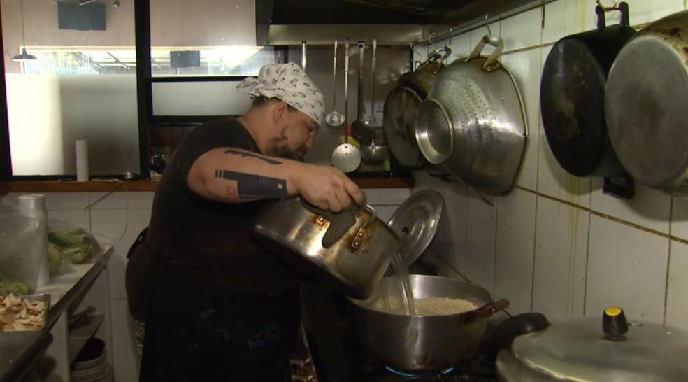 -  Restaurante em Poços de Caldas  MG  gasta 20 botijões de gás por mês e preocupa comerciante.  Foto: Reprodução/EPTV