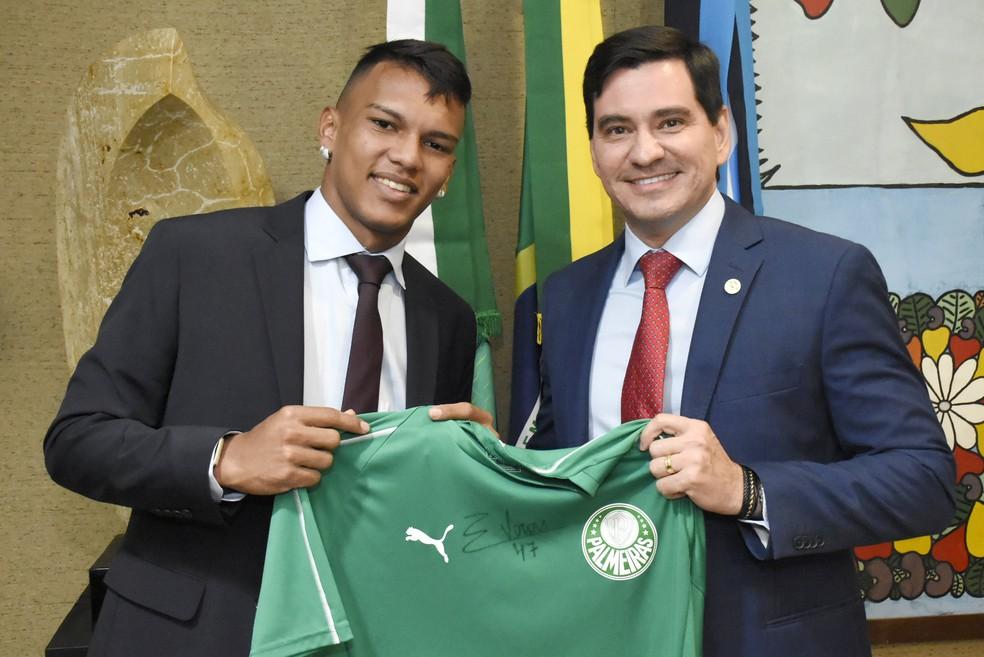 Gabriel Veron presenteia deputado George Soares com camisa do Palmeiras — Foto: João Gilberto