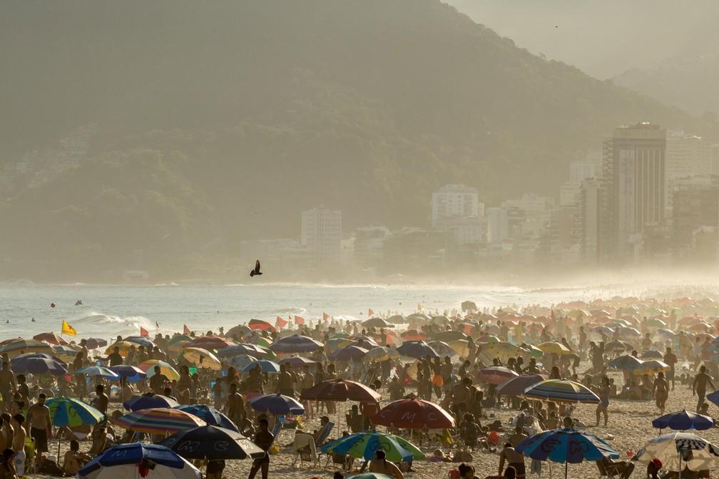 Movimentação da praia de Ipanema, no Rio de Janeiro (RJ), nesta sexta-feira (4). — Foto: DANIEL RESENDE/FUTURA PRESS/FUTURA PRESS/ESTADÃO CONTEÚDO