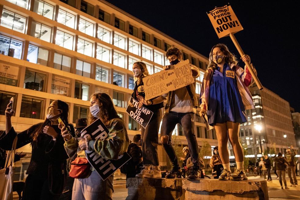 Grupo de manifestantes se reúne em Washington, próximo à Casa Branca, e pede que os votos sejam contabilizados até o final — Foto: Chris Mcgrath/Getty Images North America/Getty Images via AFP