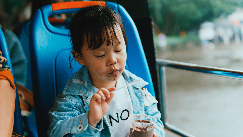 Criança se lambuza comendo milkshake em passeio (Foto: sklei/Pexels)