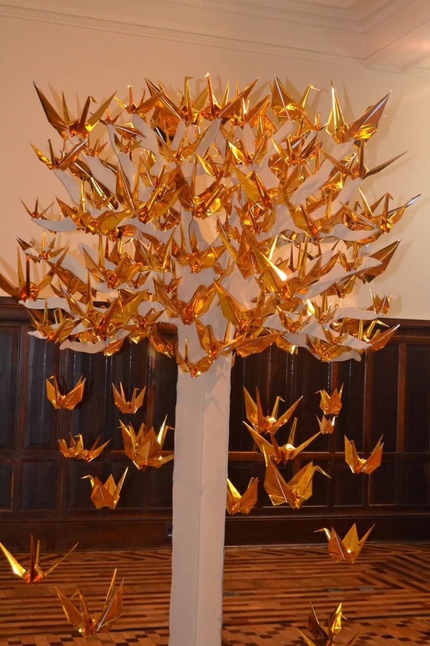 No Setembro Dourado, árvore com 150 origamis exposta no CCBB, simboliza a luta contra câncer