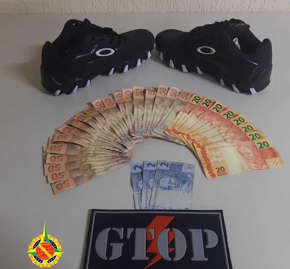 Dinheiro falso e tênis que homem tentou comprar, no DF — Foto: PMDF/Divulgação