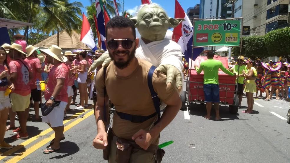 Folião Alex Michel se fantasiou em homenagem a saga Star Wars para o Pinto da Madrugada em Maceió, Alagoas — Foto: Jamerson Soares/G1