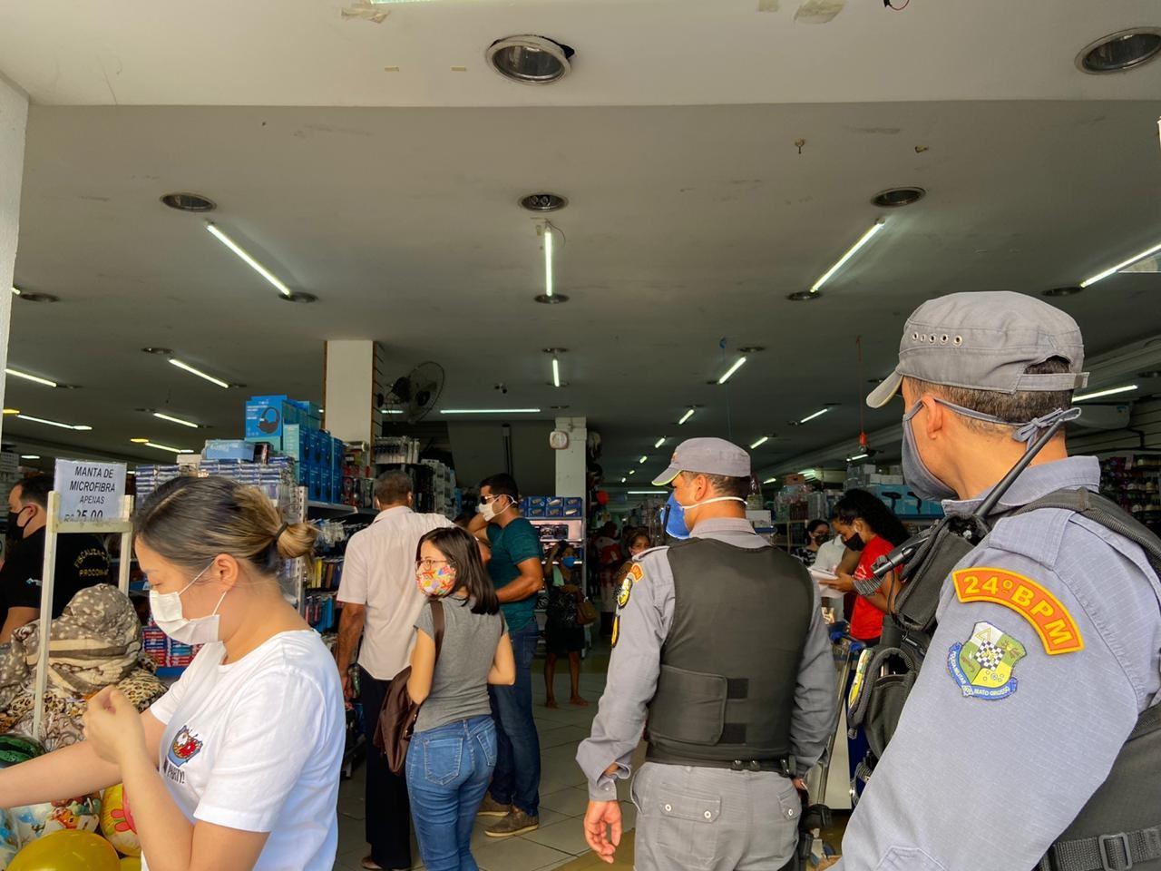 Fiscalização verifica se comércios estão cumprindo decreto que obriga uso de máscaras de proteção à Covid-19 em Cuiabá