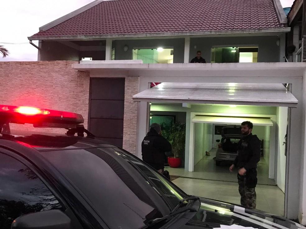 Estão sendo sequestrados aproximadamente R$ 4 milhões em bens — Foto: Bernardo Bortolotto/RBS TV