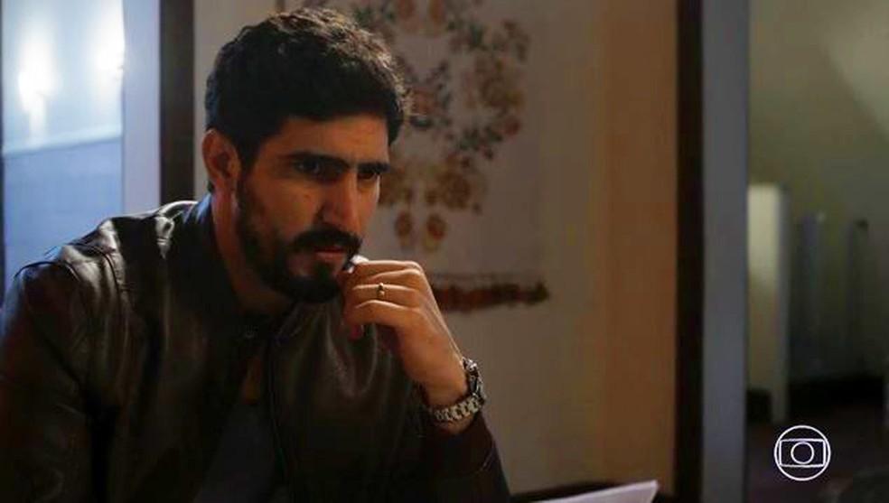 Jamil (Renato Góes) pede ajuda de Fauze (Kaysar Dadour) em 'Órfãos da Terra' — Foto: Globo