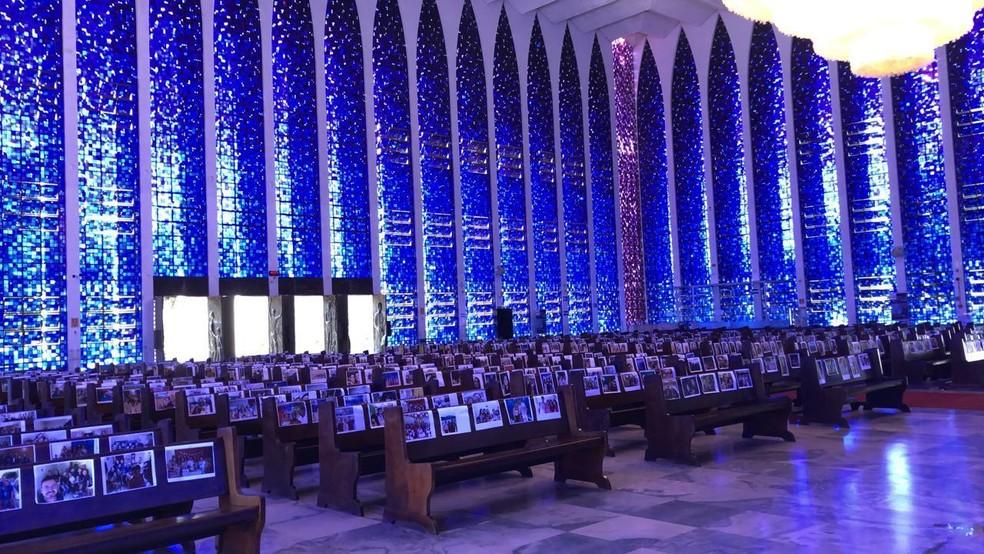 Santuário Dom Bosco, em Brasília, colocou fotos de fiéis em bancos — Foto: Fabiano Andrade/TV Globo