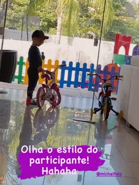 Filho de Michel Teló e Thais Fersoza se prepara para cantar (Foto: Reprodução)