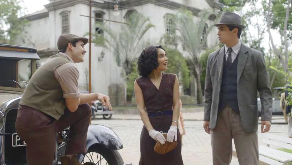 Carlos (Danilo Mesquita) fica com ciúmes de Alfredo (Nicolas Prattes) e Inês (Carol Macedo) — Foto: Globo