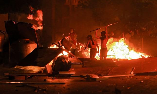 Manifestantes montam uma barreira na região central de Beirute durante confronto com a polícia