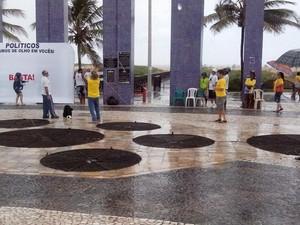 Chuva atrasa organização do movimento de protesto na Orla da Atalaia, em Aracaju (Foto: Tássio Andrade/G1)