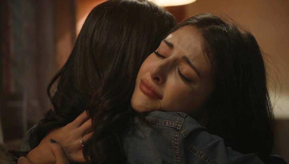 Camila (Anajú Dorigon) pede desculpas a Laila (Julia Dalavia) — Foto: Globo