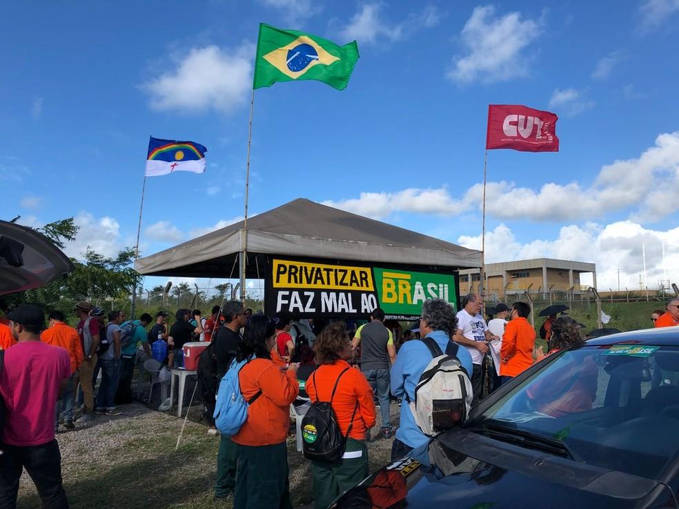 Petroleiros fazem ato na entrada da Refinaria Abreu e Lima (Foto: Thiago Augustto/TV Globo)