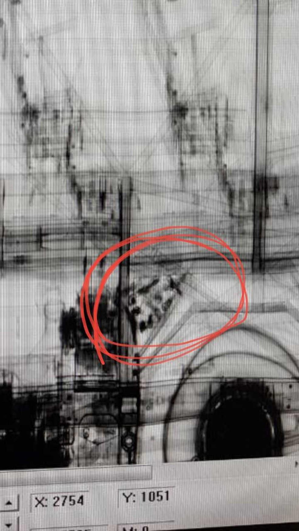 As armas foram encontradas com a ajuda de um escâner, que identificou um fundo falso próximo ao motor (Foto: Receita Federal/Divulgação)