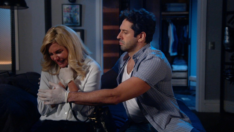 Zezinho (João Baldasserini) consola Alexia (Deborah Secco) em 'Salve-se Quem Puder' — Foto: Globo