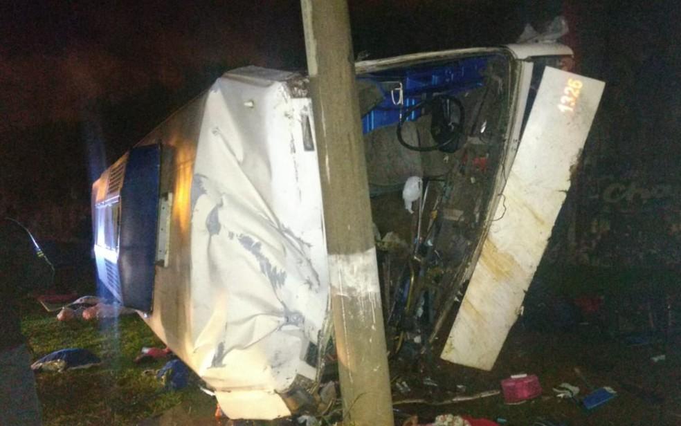 Duas pessoas morreram em acidente com ônibus que caiu de viaduto — Foto: Divulgação/Polícia Civil