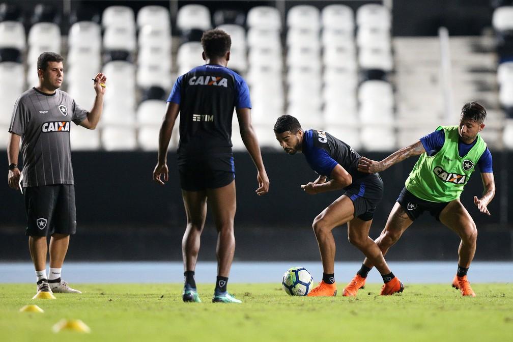 d615a81103 ... Felippe Capella observa Aguirre durante treino do Botafogo — Foto   Vitor Silva SSPress
