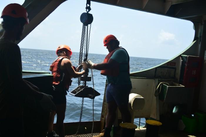 Presa a uma corda, draga é liberada com a ajuda de um guindaste à bordo do navio Esperanza (Foto: Felipe Floresti/Revista Galileu)