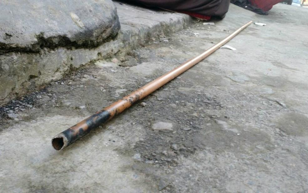 Uma das vítimas tentou usar cano de ferro para liberar o sofá dos fios, quando o cano tocou em cabo de alta tensão (Foto: Ramon Ferraz/TV Bahia)