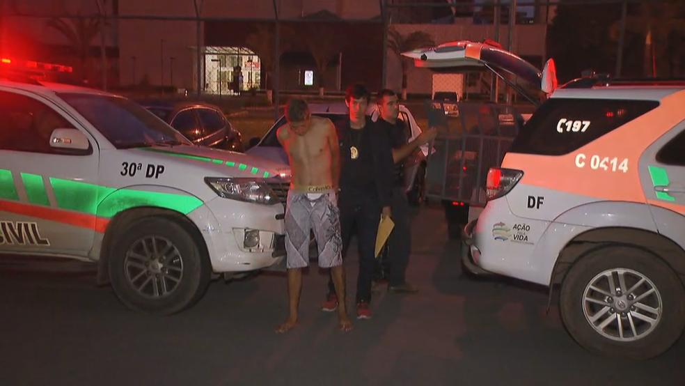 Preso em operação antidrogas no DF chega a delegacia (Foto: TV Globo/Reprodução)