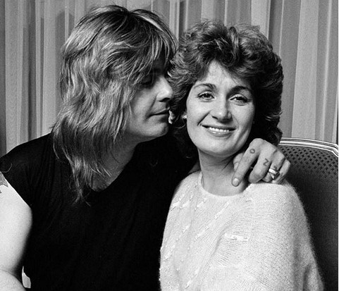 A apresentadora e empresária Sharon Osbourne em uma foto antiga com o marido, o músico Ozzy Osbourne (Foto: Instagram)