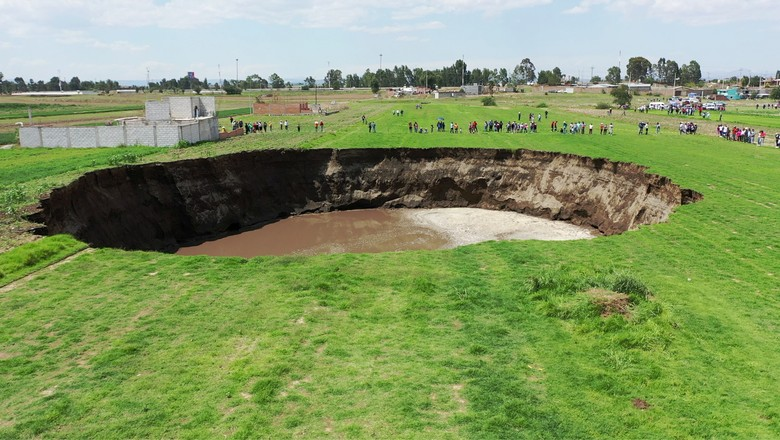 An aerial view of a sinkhole found in a farmland in Santa Maria Zacatepec, Puebla, Mexico May 30, 2021 is shown in this screen grab obtained from a social media video. Agencia Es Imagen/via REUTERS THIS IMAGE HAS BEEN SUPPLIED BY A THIRD PARTY. MANDATORY  (Foto: AGENCIA ES IMAGEN via REUTERS)