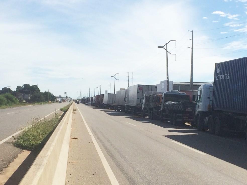 Na BR-304, em Mossoró, caminhões estão enfileirados no acostamento (Foto: Hugo Andrade/Inter TV Costa Branca)