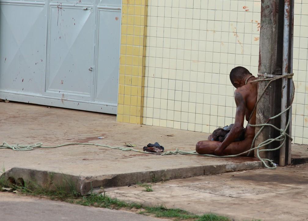 Foto de Cleidenilson da Silva despido, amarrado e linchado repercutiu em todo o país — Foto: Biné Morais / O Estado