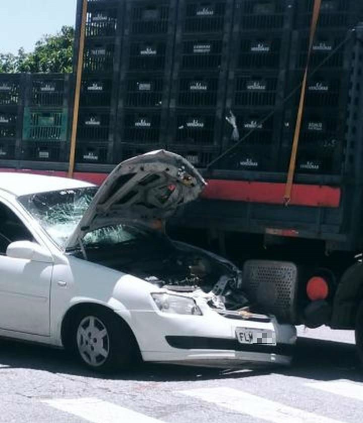 Carro com criminosos é 'esmagado' por caminhão durante fuga em SP - Noticias
