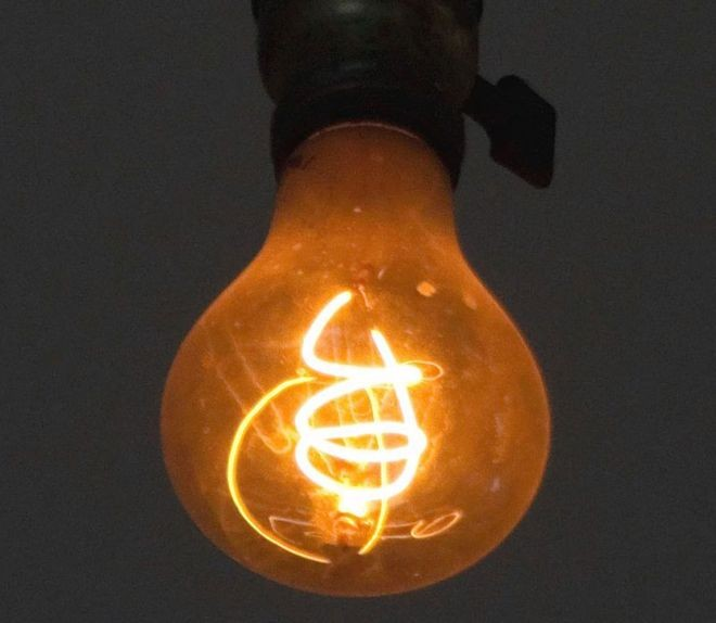 A Lâmpada Centenária, que ilumina uma unidade dos bombeiros na Califórnia (EUA) há 117 anos, tem mais de 1 milhão de horas de uso (Foto: LPS.1/Wikimedia Commons via BBC)