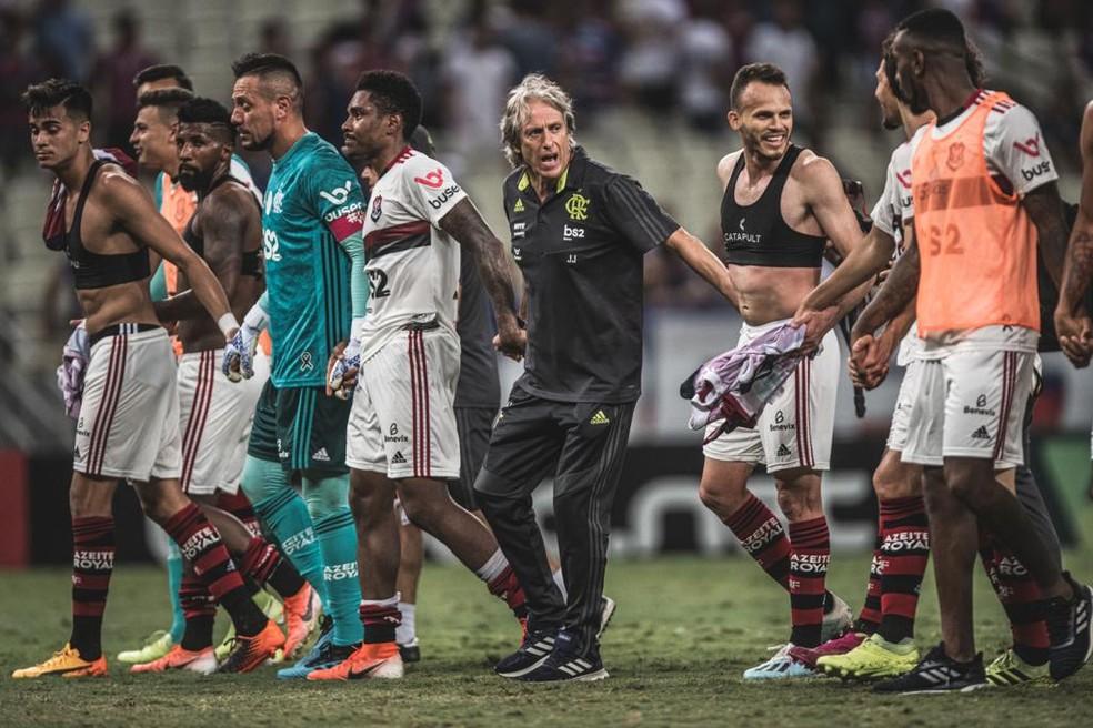 Jorge Jesus comemora com o grupo após vitória em Fortaleza — Foto: Pedro Martins/Foto FC