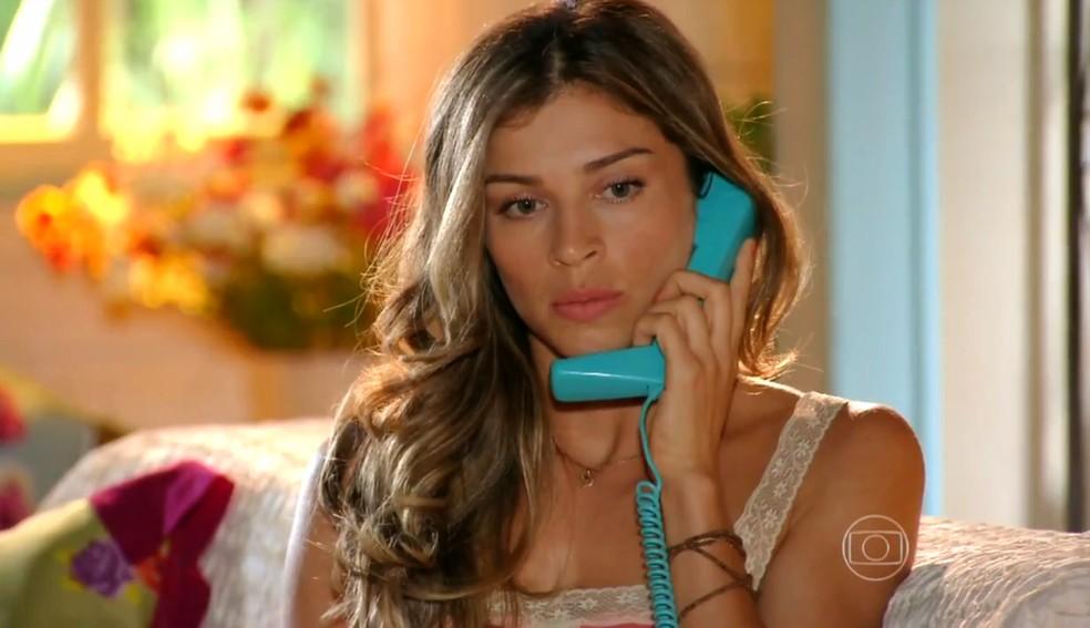 Ester (Grazi Massafera) se preocupa com sumiço de Cassiano (Henri Castelli), em 'Flor do Caribe' — Foto: Globo