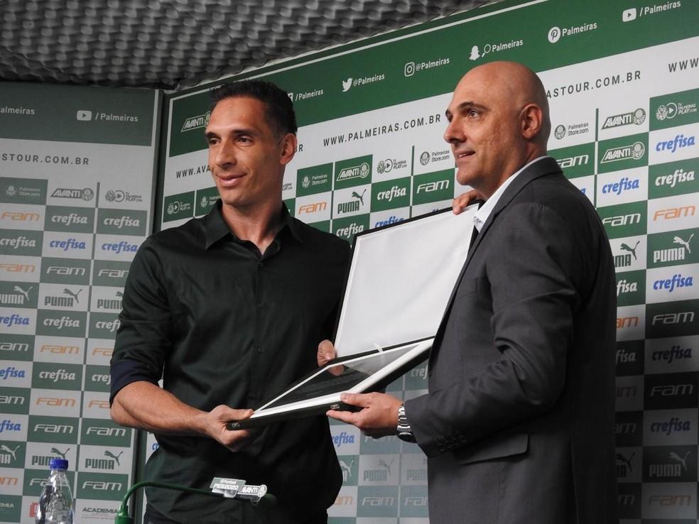 Prass recebeu uma placa do presidente Maurício Galiotte — Foto: Felipe Zito