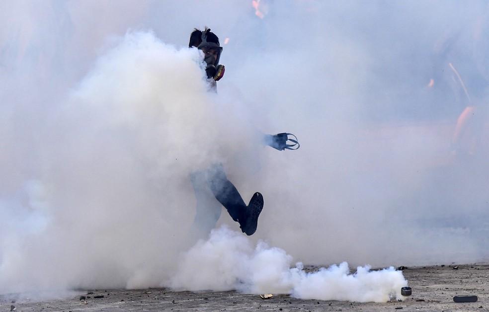 Policial em confronto com manifestantes em Viña del Mar, no Chile, em 23 de fevereiro de 2020 — Foto: Martin Bernetti / AFP