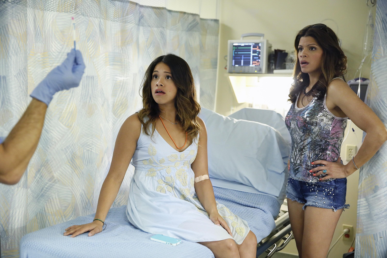 Gina Rodriguez e Andrea Navedo em cena de 'Jane the Virgin' (Foto: Divulgação)