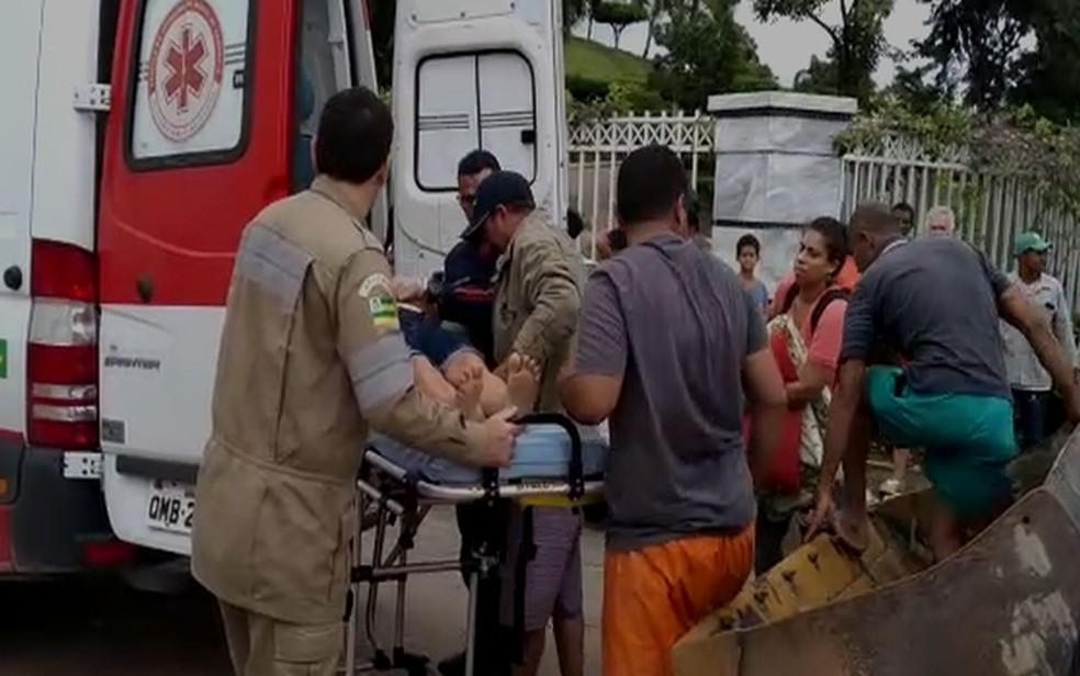 Ambulância do Samu não conseguiu chegar ao local para resgatar a vítima por causa dos alagamentos — Foto: SMTT/Divulgação