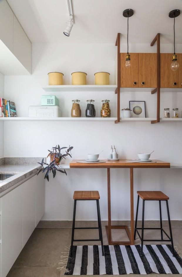 Ao projetar a cozinha deste apartamento de 8 m², o escritório H2C Arquitetura repetiu a identidade visual dos outros ambientes (Foto: Evelyn Müller / Divulgação)